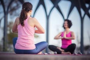 Vous êtes-vous déjà sentie un peu dépassée par rapport à tous les types de yoga offerts, alors que vous pensiez simplement vous inscrire à un cours de yoga pour tous ? Qu'est-ce qui différencie un type de yoga par rapport à un autre ?