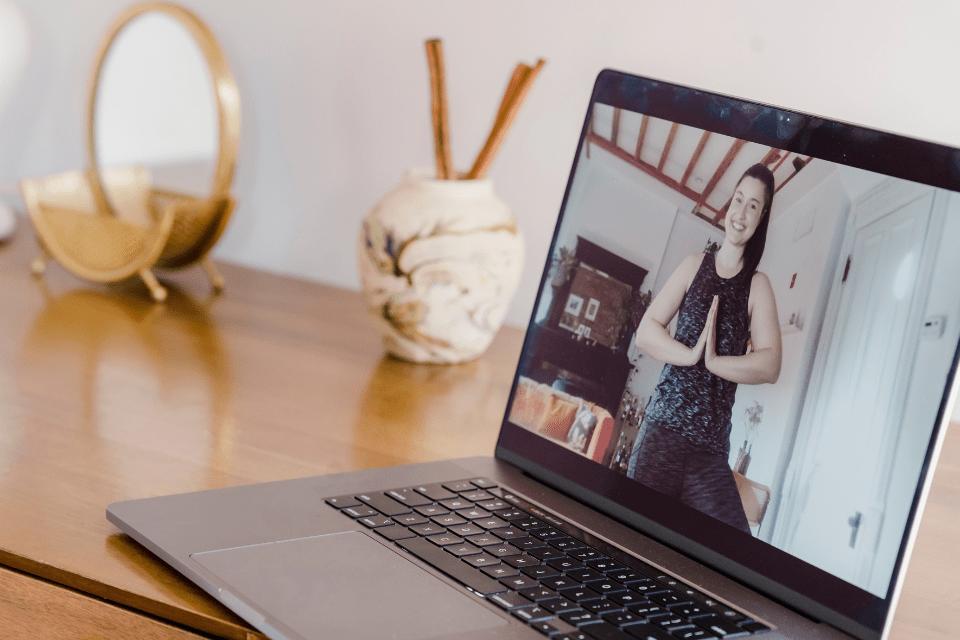 Est-ce réellement possible de se former au yoga en ligne ?