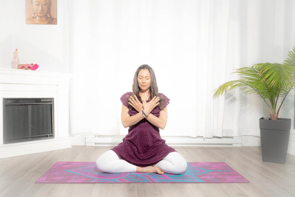 Garuda Mudra procure d'extraordinaires bienfaits, puisqu'elle travaille principalement sur le métabolisme. Elle permet d'établir un équilibre entre activité et repos, ainsi qu'entre donner et recevoir. Sa pratique permet un sentiment de légèreté et de liberté.