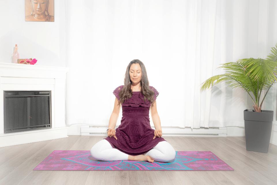 Hansi Mudra existe pour apporter le sourire tant intérieur qu'extérieur. Quel bonheur de la pratiquer jour après jour ! Elle amène le pur bonheur et la joie dans le cœur et la tête.