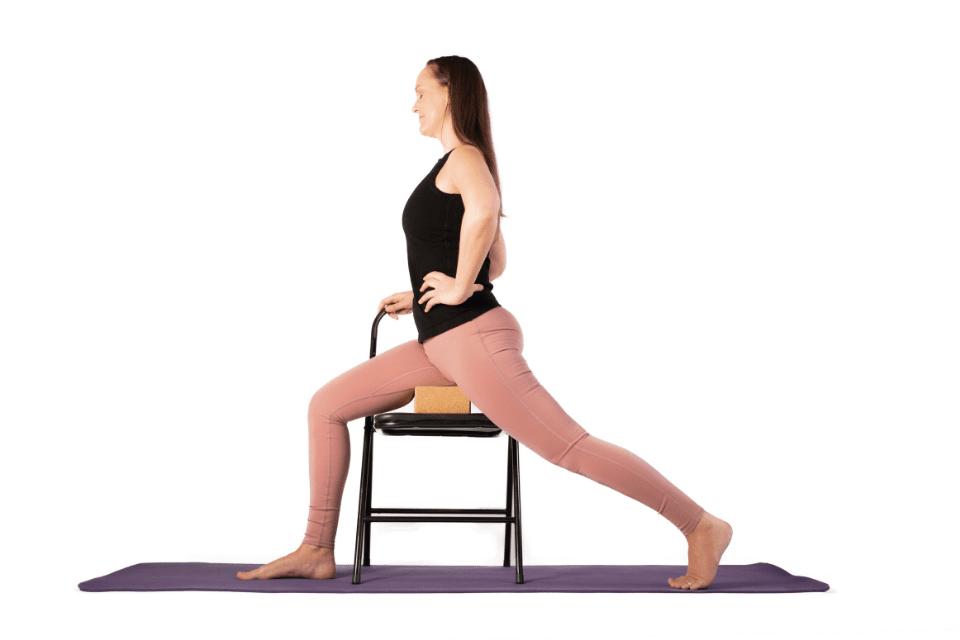 La posture du Guerrier 1, aussi appelée Virabhadrasana 1 qui permet d'améliorer force, équilibre et souplesse.
