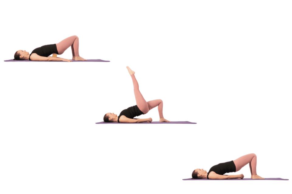 Si vous faites du travail de bureau et que vous avez l'impression que votre dos se courbe au fur et à mesure que la journée avance, pratiquez Setu Bandhasana.
