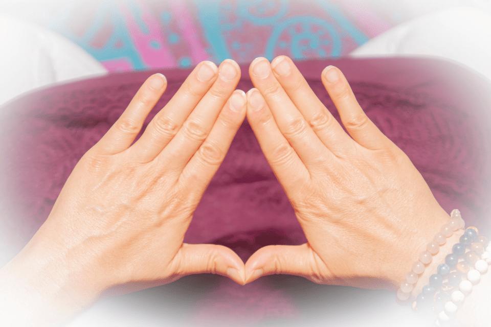 Trimurti Mudra permet d'illuminer votre journée lorsque vous en avez besoin. Elle permet aussi d'allumer sa propre lumière intérieure quand l'hiver éteint le soleil