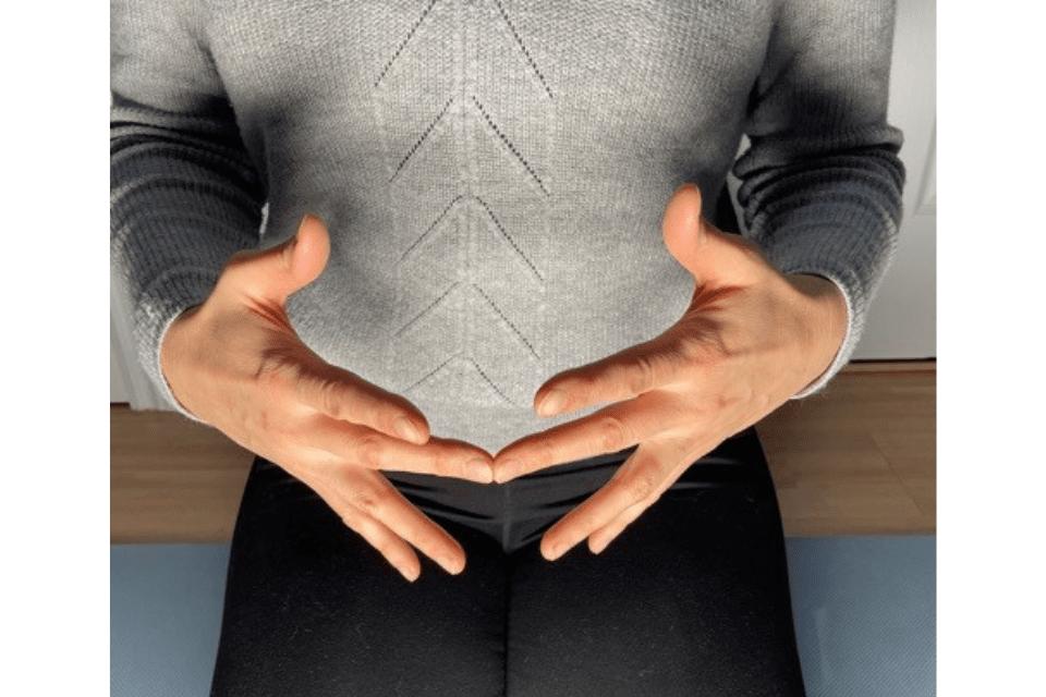Madhyama Mudra aide le système à mieux digérer les aliments en permettant à l'énergie de circuler plus facilement dans la région de l'estomac.