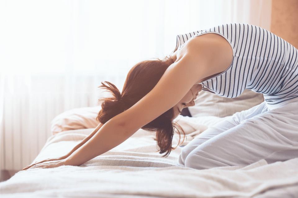 Je pratique un rituel matinal puissant, que j'appelle « mes gratitudes ». Le yoga et la méditation font partie de ma routine quotidienne.