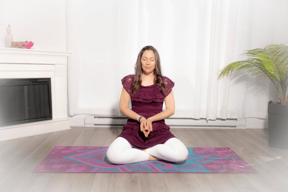 Citta Mudra supporte l'éveil du témoin de la conscience où les pensées, les émotions et les croyances limitantes sont remarquées plus facilement.