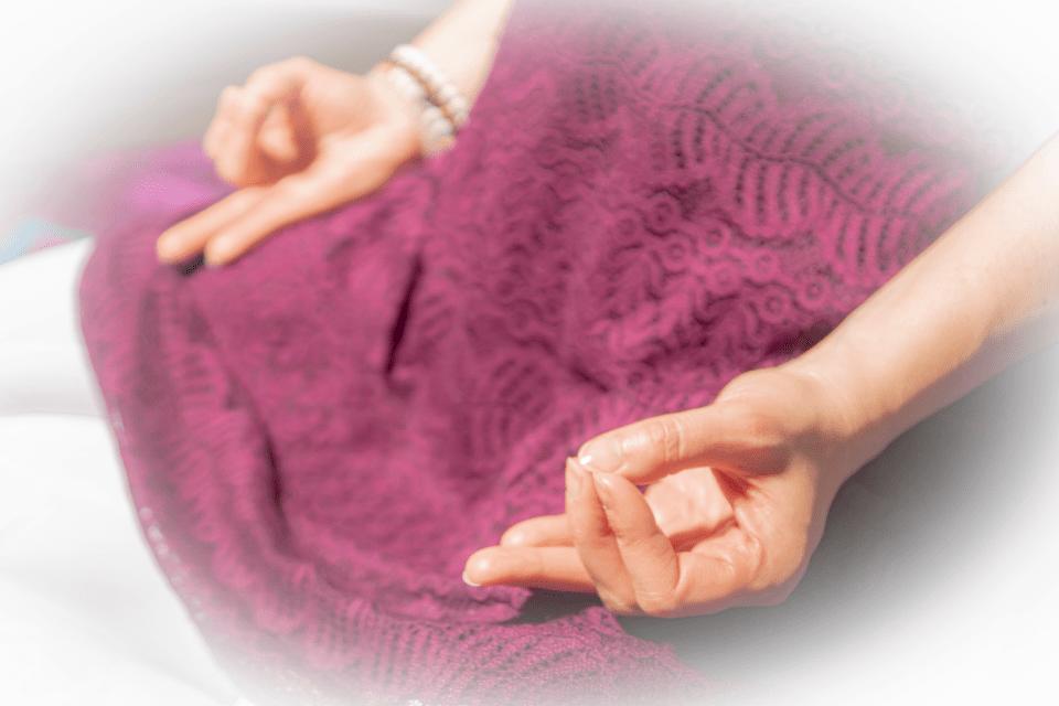 Vayan Mudra permet une meilleure circulation de l'air dans le corps. Elle est traditionnellement recommandée pour l'hypertension.