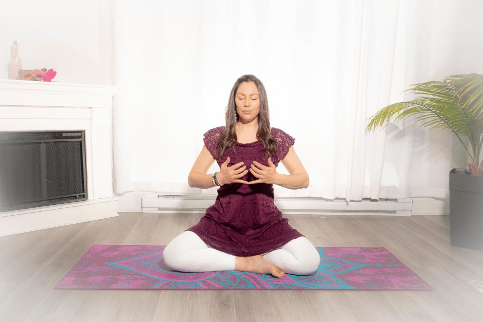 Kanishtha Mudra dirige la respiration dans les 2 premiers chakras, le centre énergétique de la racine et le centre sacré.